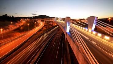 Carreteras que se iluminan únicamente a través de energía solar